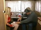 Papy baise la pute dans la caravane