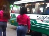 Venezolana culona esperando bus