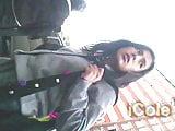 Cole en Tanga Amarilla subiendo al bus con carita