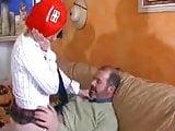 La petite jeune prend chere avec le vieux
