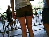 Une jeune femme en short court candid (6)