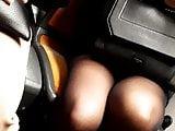Jolies jambes de beurette gainees de bas dans le RER A